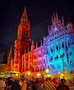 Lichtkünstler illuminieren Rathaus