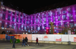 Weihnachtliche Projektion und Lichtinstallation