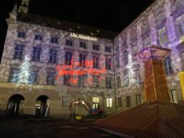 Weihnachtliche Lichtkunst an Fassade